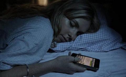 enviando-mensajes-de-texto-en-la-noche