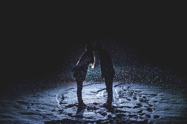 pareja en la noche
